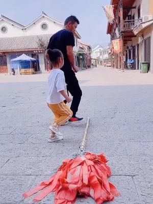 最近非常火的云南小调,父女俩跳的停不下来了#青木林里青木秧 #爸爸带娃 #和爸爸一起的时光 @小精灵